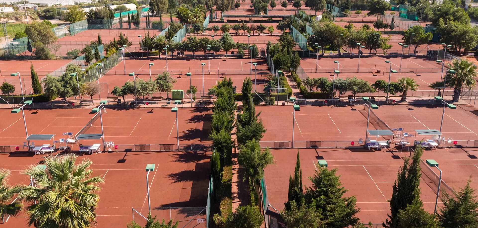 Насладитесь отдыхом в нашем теннисном центре, который состоит из 61 корта, включая детские и развлекательные, и в котором проводится большое количество национальных и международных турниров.