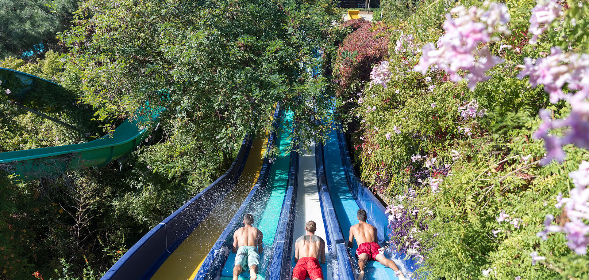 Проведите мгновения, наполненные адреналином и развлечениями в огромном аквапарке и в Парке Приключений, состоящем из 36 дорожек.